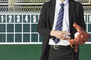 スコアボードの前に立つスーツの男性の写真素材 [FYI04729294]