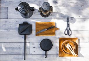 アウトドア調理用品が並ぶテーブル風景の写真素材 [FYI04729309]