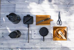 アウトドア調理用品が並ぶテーブル風景の写真素材 [FYI04729310]