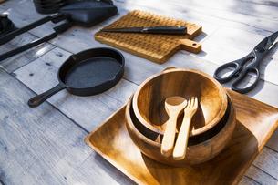 アウトドア調理用品が並ぶテーブル風景の写真素材 [FYI04729311]