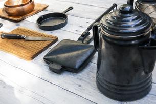 アウトドア調理用品が並ぶテーブル風景の写真素材 [FYI04729312]