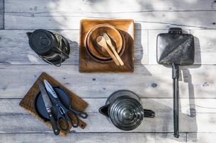 アウトドア調理用品が並ぶテーブル風景の写真素材 [FYI04729313]