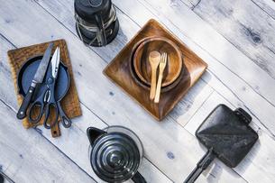 アウトドア調理用品が並ぶテーブル風景の写真素材 [FYI04729314]