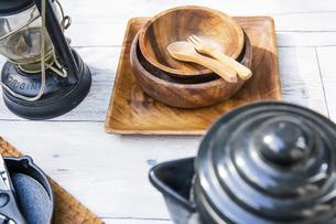 アウトドア調理用品が並ぶテーブル風景の写真素材 [FYI04729315]