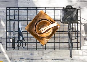 アウトドア調理用品が並ぶテーブル風景の写真素材 [FYI04729316]