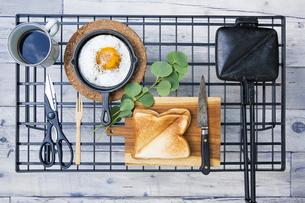目玉焼きと苺ジャムのホットサンドのアウトドアな朝ごはんのイメージの写真素材 [FYI04729318]
