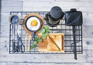 目玉焼きと苺ジャムのホットサンドのアウトドアな朝ごはんのイメージの写真素材 [FYI04729319]