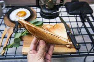 目玉焼きと苺ジャムのホットサンドのアウトドアな朝ごはんのイメージの写真素材 [FYI04729320]