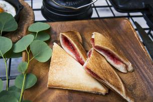 目玉焼きと苺ジャムのホットサンドのアウトドアな朝ごはんのイメージの写真素材 [FYI04729321]
