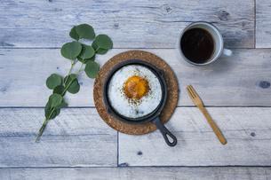 目玉焼きと苺ジャムのホットサンドのアウトドアな朝ごはんのイメージの写真素材 [FYI04729323]