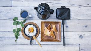 目玉焼きと苺ジャムのホットサンドのアウトドアな朝ごはんのイメージの写真素材 [FYI04729325]