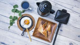 目玉焼きと苺ジャムのホットサンドのアウトドアな朝ごはんのイメージの写真素材 [FYI04729326]