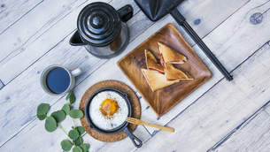 目玉焼きと苺ジャムのホットサンドのアウトドアな朝ごはんのイメージの写真素材 [FYI04729327]