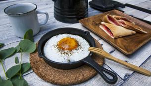目玉焼きと苺ジャムのホットサンドのアウトドアな朝ごはんのイメージの写真素材 [FYI04729331]