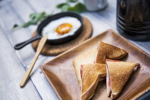 目玉焼きと苺ジャムのホットサンドのアウトドアな朝ごはんのイメージの写真素材 [FYI04729332]