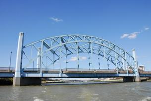 川を下るボートから 新中川に架かる明和橋の写真素材 [FYI04729344]