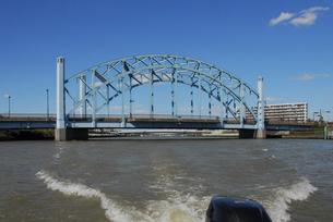 川を下るボートから 新中川に架かる明和橋の写真素材 [FYI04729345]