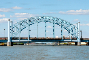 川を下るボートから 新中川に架かる明和橋の写真素材 [FYI04729346]