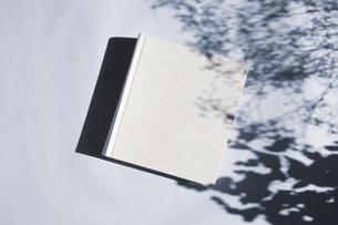 植物の影と生成りの生地のフォトアルバムの写真素材 [FYI04729399]