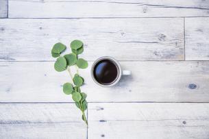 白い木製テーブルと白いカップに入ったホットコーヒーの写真素材 [FYI04729449]
