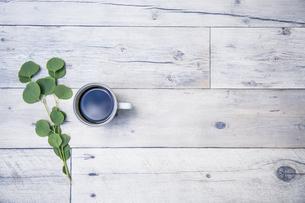 白い木製テーブルと白いカップに入ったホットコーヒーの写真素材 [FYI04729450]