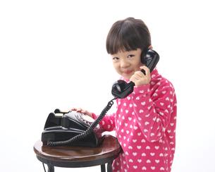 黒電話で遊ぶ女の子の写真素材 [FYI04729452]