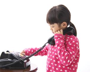 黒電話で遊ぶ女の子の写真素材 [FYI04729453]