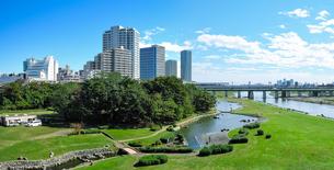 快晴の二子大橋から 多摩川河川敷の兵庫島公園の写真素材 [FYI04729486]