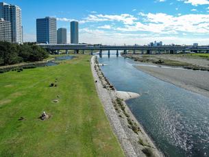 快晴の二子大橋から 多摩川河川敷の兵庫島公園の写真素材 [FYI04729489]