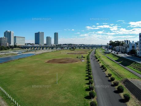 快晴の二子大橋から 多摩川河川敷の兵庫島公園の写真素材 [FYI04729490]