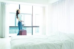 ホテルの部屋に到着した若い女性旅行者の写真素材 [FYI04729616]