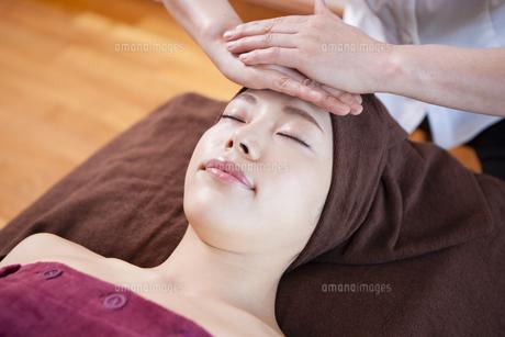 ヘッドスパを受ける女性の写真素材 [FYI04729654]