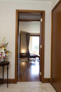 リビングルームの入口の写真素材 [FYI04729671]