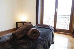 エステサロンのベッドの写真素材 [FYI04729676]
