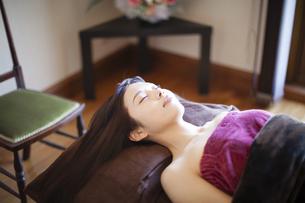 エステサロンのベッドに横たわる女性の写真素材 [FYI04729678]