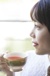 ローズヒップティーを飲む女性の写真素材 [FYI04729741]
