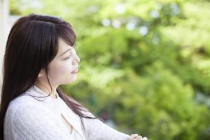 バルコニーから外を眺める女性の写真素材 [FYI04729750]