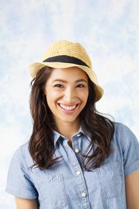 麦わら帽子をかぶった女性の写真素材 [FYI04729773]
