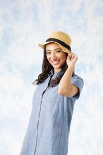 麦わら帽子をかぶった女性の写真素材 [FYI04729774]