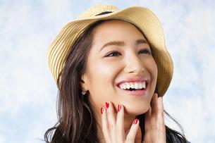 麦わら帽子をかぶった女性の写真素材 [FYI04729775]