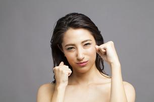 ファイティングポーズをする女性の写真素材 [FYI04729780]