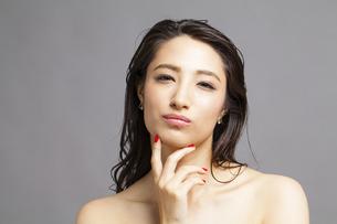 悩み顔の女性の写真素材 [FYI04729781]