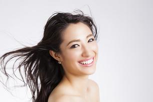 ロングヘアの笑顔の女性の写真素材 [FYI04729813]