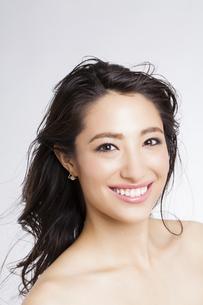 ロングヘアの笑顔の女性の写真素材 [FYI04729816]