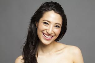 ロングヘアの笑顔の女性の写真素材 [FYI04729821]