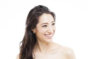 ロングヘアの笑顔の女性の写真素材 [FYI04729822]
