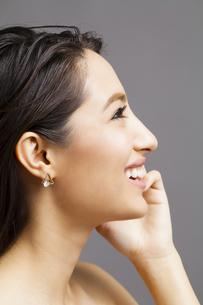 ロングヘアの女性の横顔の写真素材 [FYI04729828]