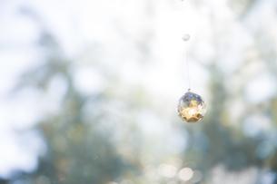 美しいガラスのクリスタルのサンキャッチャーの飾りがある窓辺の写真素材 [FYI04730102]