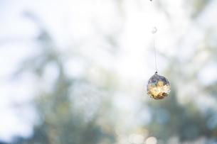 美しいガラスのクリスタルのサンキャッチャーの飾りがある窓辺の写真素材 [FYI04730103]