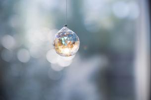 美しいガラスのクリスタルのサンキャッチャーの飾りがある窓辺の写真素材 [FYI04730105]